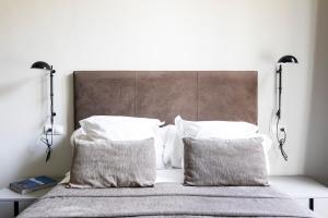 A bed or beds in a room at Aspasios Rambla Catalunya Suites