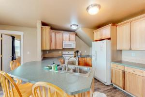 A kitchen or kitchenette at Lakeview Villa #510