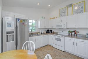 A kitchen or kitchenette at Ideal Vacation Home with private pool minutes to Disney