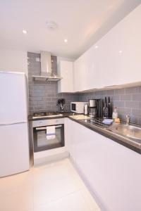 A kitchen or kitchenette at Primestate Holborn Apartments