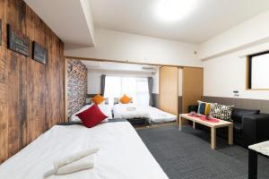 เตียงในห้องที่ Grande Famille Shimanouchi Dotonbori Condo