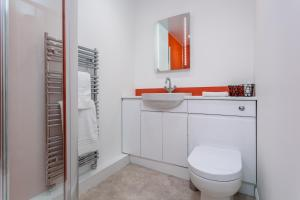 A bathroom at Riverside View - Donnini Apartments