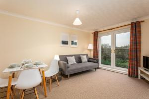 A seating area at Riverside View - Donnini Apartments