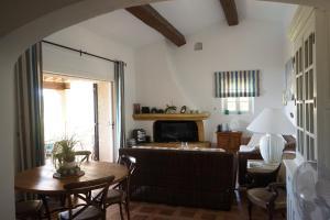 A seating area at Villa les Cades