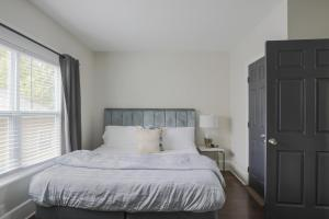 A bed or beds in a room at Modern Luxury Executive Home 1.5 miles to Downtown