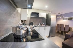 A kitchen or kitchenette at La collegiale