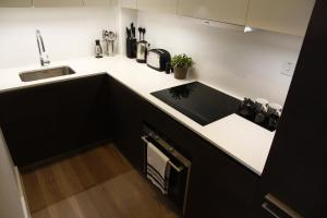 A kitchen or kitchenette at Princes Square Flat 3B with Wonderful Double Bed