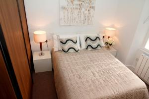 A bed or beds in a room at Princes Square Flat 3B with Wonderful Double Bed