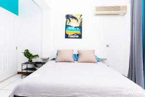 A bed or beds in a room at The blue lagoon studio in Papeete – w/Pool