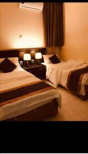 سرير أو أسرّة في غرفة في قصر الضباب للوحدات السكنية