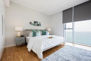 A bed or beds in a room at Boutique Living - Bluewaters Dubai