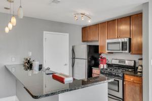 A kitchen or kitchenette at Downtown Atlanta