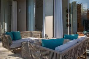Ein Sitzbereich in der Unterkunft Kirana By Pavana- Beachfront Luxury Holiday Villa