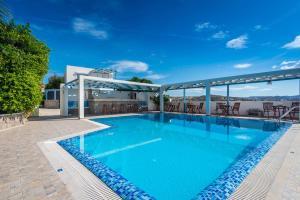 The swimming pool at or close to Orizontes Studios