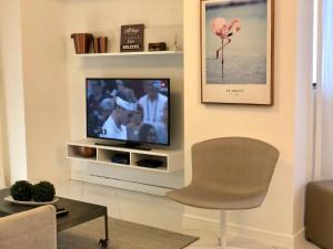 A television and/or entertainment center at Apartamento Coral Gables