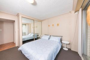 A bed or beds in a room at Sandbar, Unit 402, 1-3 Head Street
