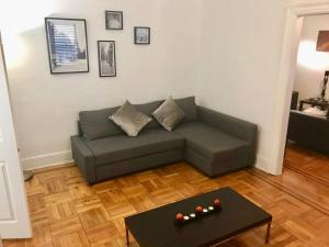 A seating area at Luxurious apartment NYC 5 min from LGA Airport
