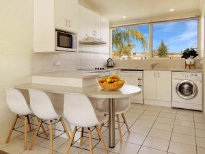 A kitchen or kitchenette at Seashells Apartments Merimbula