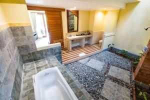 A bathroom at Umasari Rice Terrace Villa
