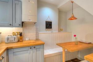 A kitchen or kitchenette at Little Monmouth holiday cottage, Old town, Lyme Regis