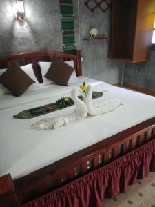 A bed or beds in a room at Lanta Valom Hideaway