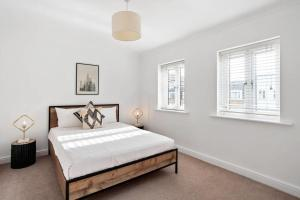 A bed or beds in a room at Gorgeous 4bed 2bath house, Archway, 5min to tube