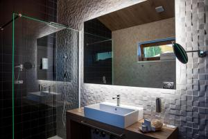 A bathroom at Cabañas Deluxe Basajaun Basoa by IrriSarri Land
