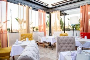 A restaurant or other place to eat at Medina Loft & Spa