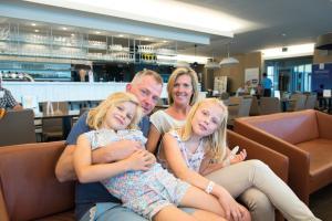 Eine Familie, die in der Unterkunft Vayamundo Oostende - Apartments übernachtet