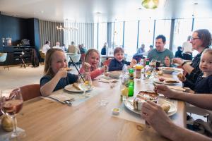 Ein Restaurant oder anderes Speiselokal in der Unterkunft Vayamundo Oostende - Apartments