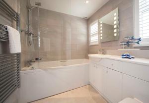 A bathroom at Mawgan Porth Apartments