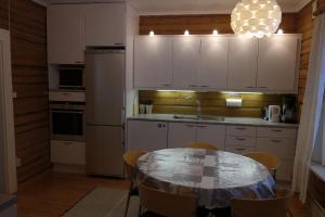 A kitchen or kitchenette at Uitonpuisto Villa