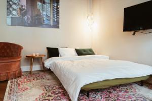A bed or beds in a room at LoftBrücke, Apartment am Platz der Luftbrücke