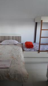 Cama o camas de una habitación en Ingleses piscina 450m da praia WI-FI