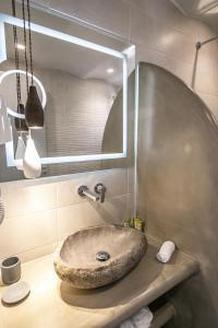 A bathroom at Anemoessa Villa