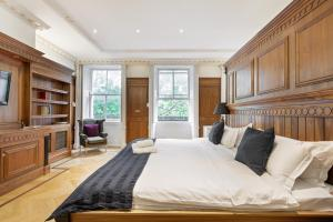 A bed or beds in a room at Studio Hyde Park
