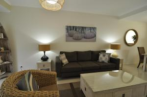 A seating area at Bluedock Apartments