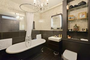 A bathroom at Salisbury Passage