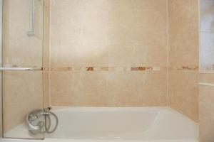 A bathroom at THE PALMERSTON 3 BED HOUSE THAMESMEAD GREENWICH LONDON
