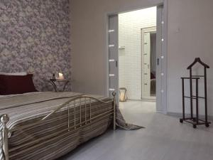 A bed or beds in a room at Апартаменты в самом центре Минска около Дворца Республики и Цирка возле Парка имени Горького