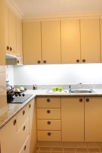 A kitchen or kitchenette at Norfolk Mansion - Luxury Serviced Apartment