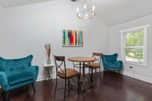 A seating area at 5 STAR ATLANTA Home with Pool Table HOSTS 10