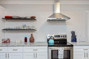 A kitchen or kitchenette at 5 STAR ATLANTA Home with Pool Table HOSTS 10