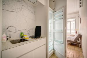 A kitchen or kitchenette at The Greenplace Lodge. Apartment in Heart of Antwerp.