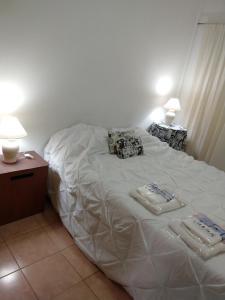 Una cama o camas en una habitación de Departamentos Carbo 2