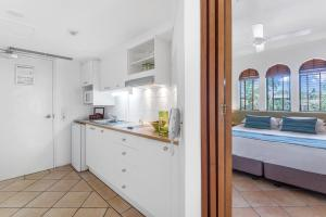 A kitchen or kitchenette at Martinique On Macrossan