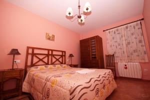 A bed or beds in a room at Alojamientos Rurales la Fuente