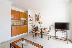 Een keuken of kitchenette bij Apartamentos Amazonas