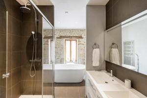 Salle de bains dans l'établissement Manoir du Moulin