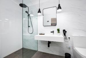 A bathroom at Lamour Holiday Beach House